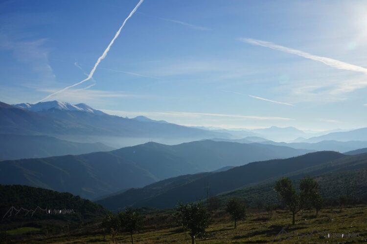 Wunderschöner Blick über die Berggipfel in Albanien