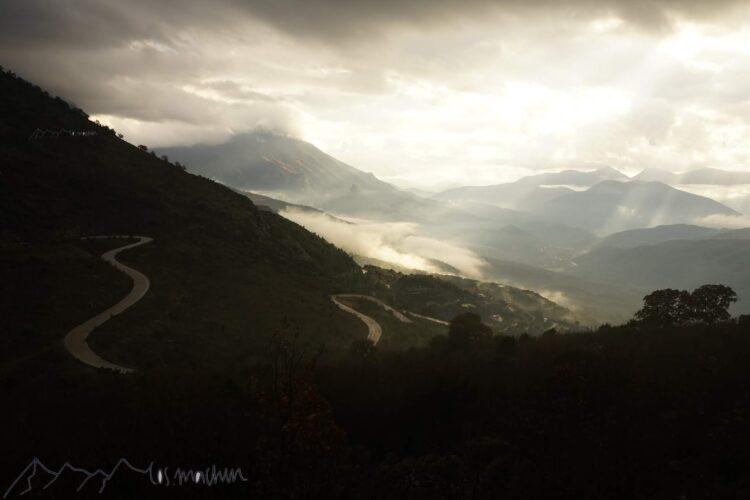 Bergstraße in Griechenland in wunderbarem Licht ein Schauspiel