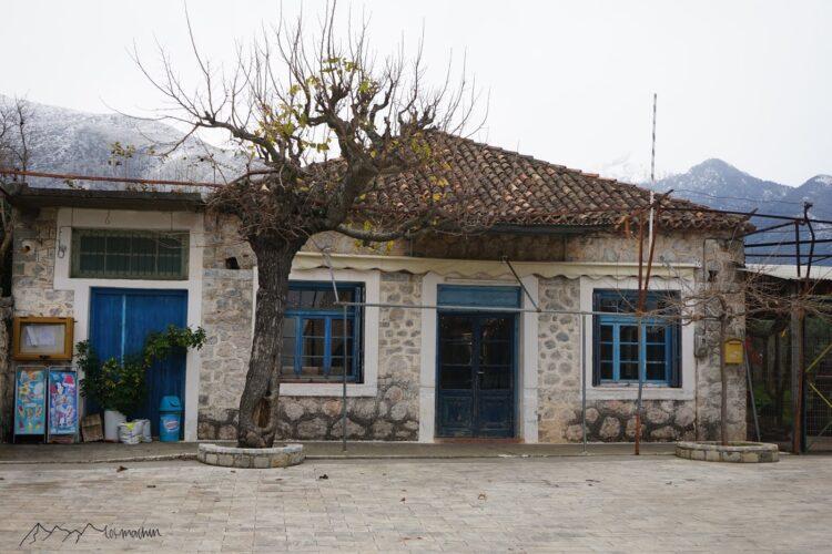 Wunderschönes Steinhaus mit blauen Fenstern