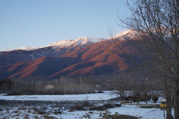 Wintervanlife mit Blick auf Berge