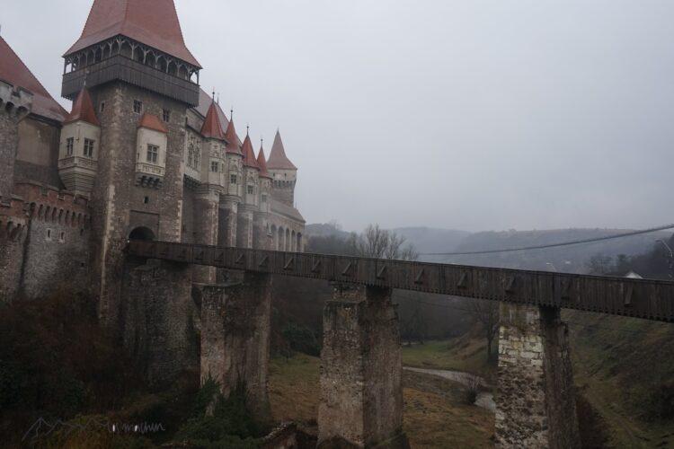 Burg Hunedoara von außen im mystischen Nebel