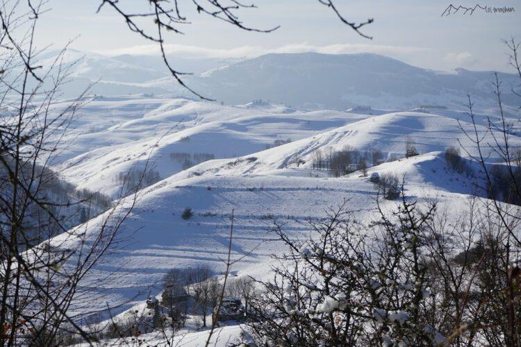 Blick auf verschneite Berge in Rumänien