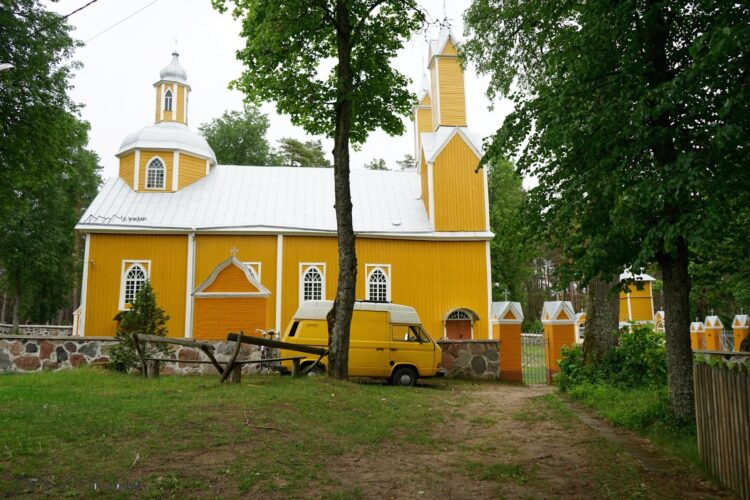 Im Dzūkija Nationalpark steht unser gelber Bus vor gleichfarbiger Kirche