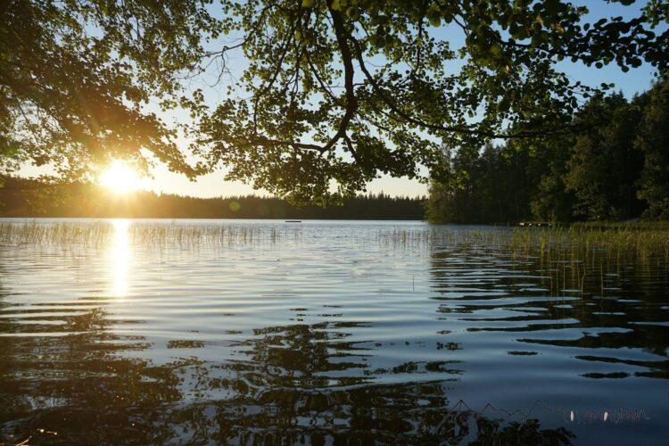 Bezaubernde Natur in Finnland beim Sonnenuntergang