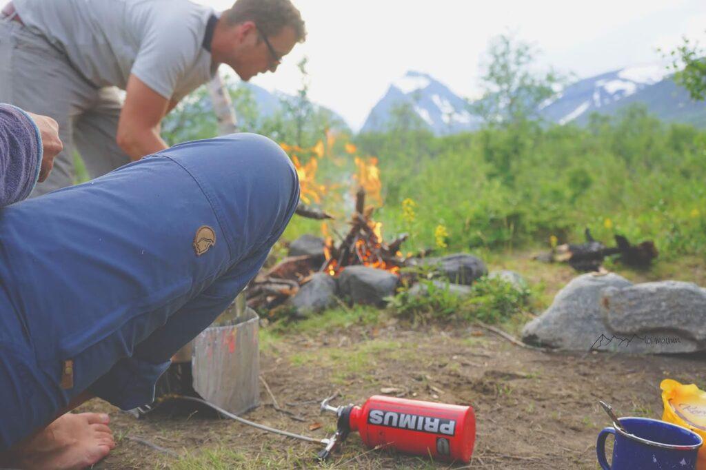 Feuer machen beim Camping