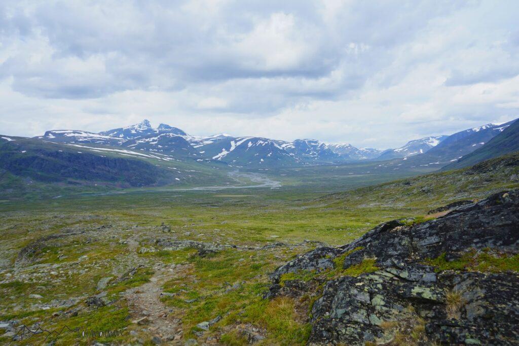 Wanderpfad vor Bergkulisse