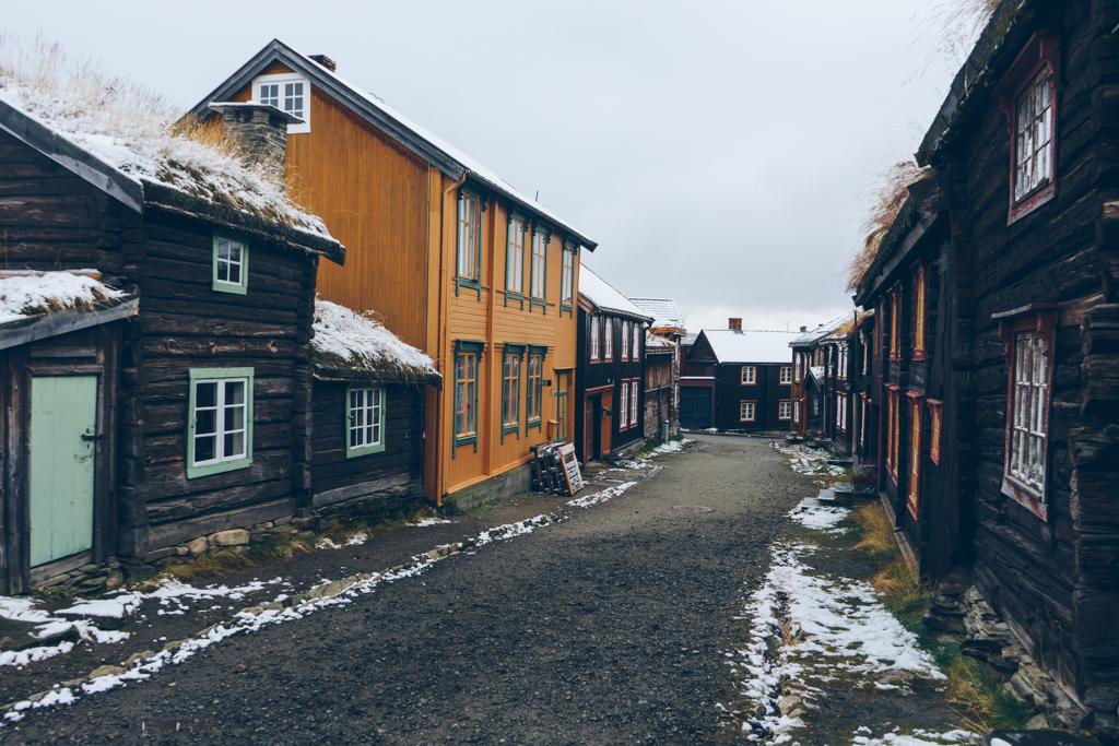 Roadtrip Norwegen: Røros Blick in historische Gasse