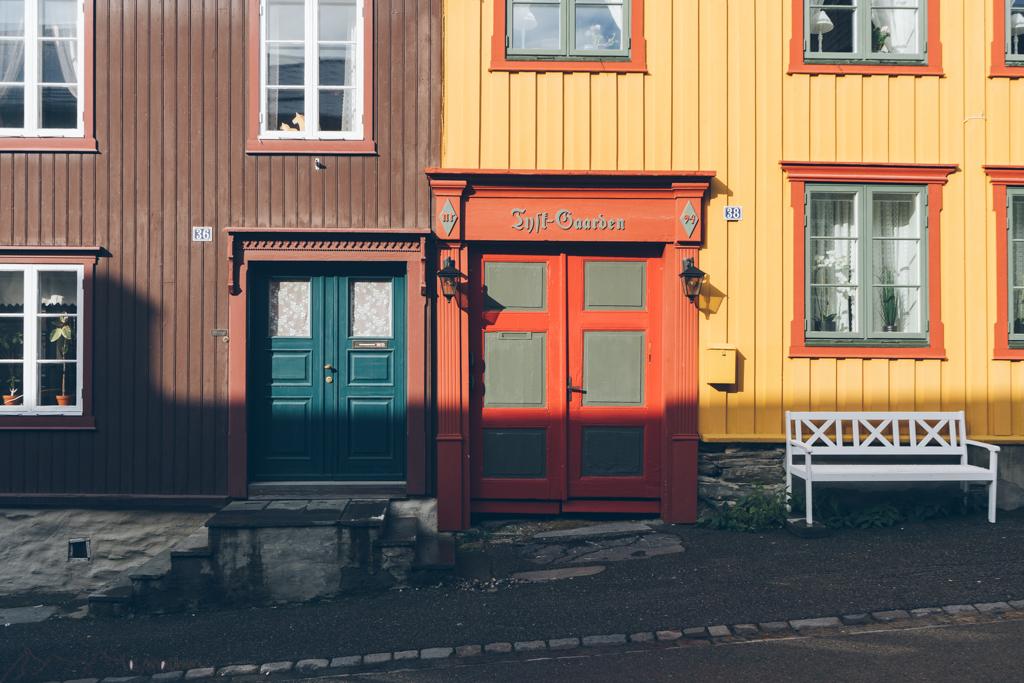 Roadtrip Norwegen: alte Holztüren in Røros