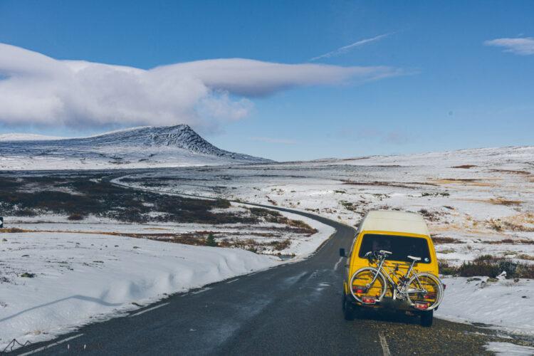 Blick auf den Bus und verschneite Landschaft