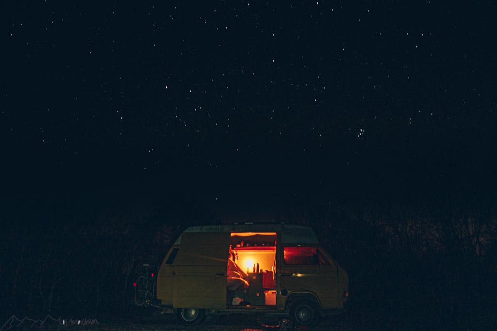 Ankommen: Bus unter Sternenhimmel