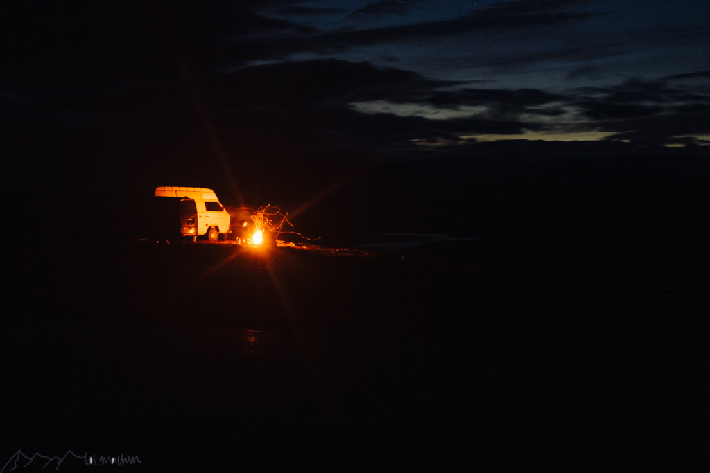 Am Lagerfeuer fliegen die Funken