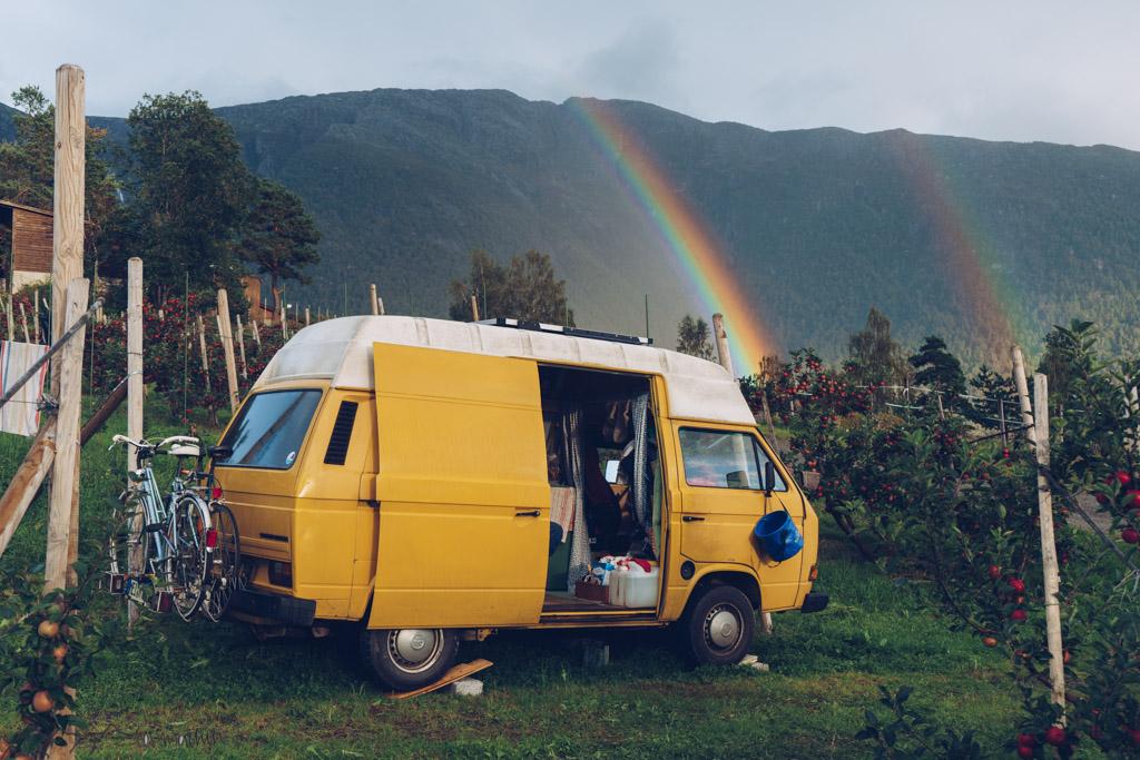 So stellt man sich vanlife vor Regenbogen überm Bus realisticvanlife